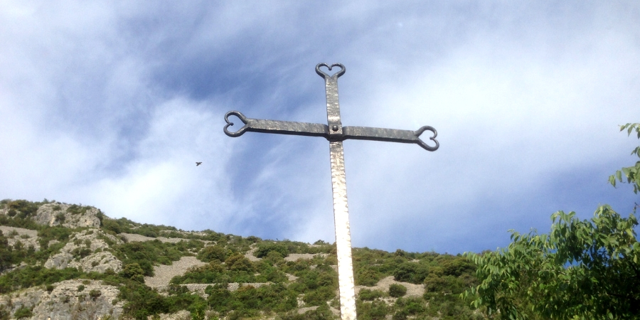 cross-statue-on-the-arles-camino-in-france-caminoways