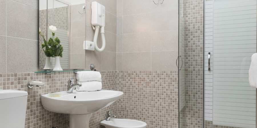Hotels-in-italy-hotel-villa-rosa-rome-bathroom-caminoways.com