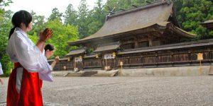 Kumano-Hongu-Taisha-maiden-kimano-kodo-caminoways