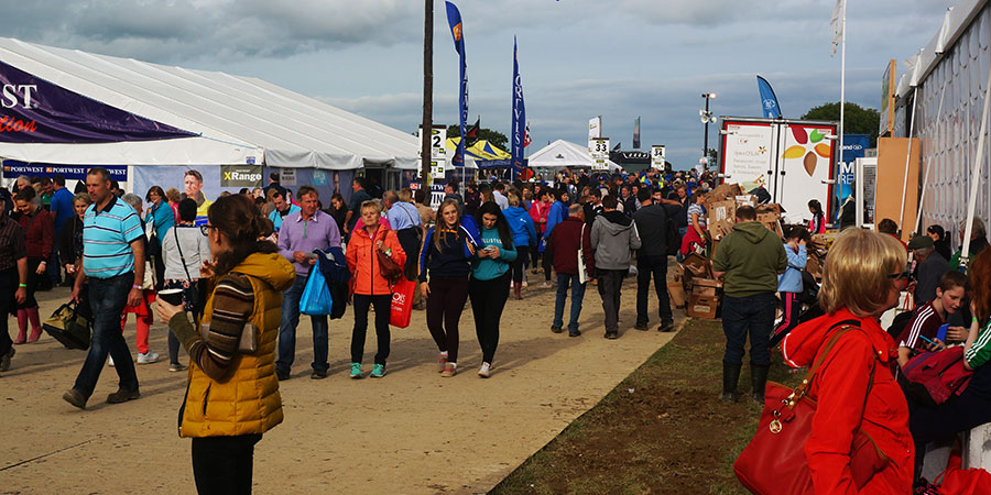 crowds-at-the-ploughing-2016-camino-ways